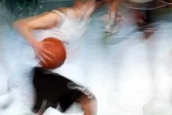 Sticker Déco Joueur dans un Match de Basketball
