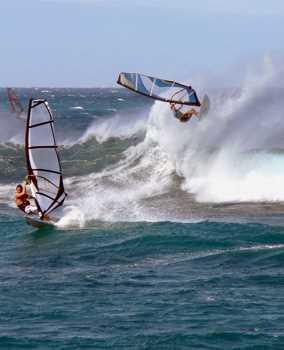 Sticker Déco Windsurfeur dans de Grandes Vagues